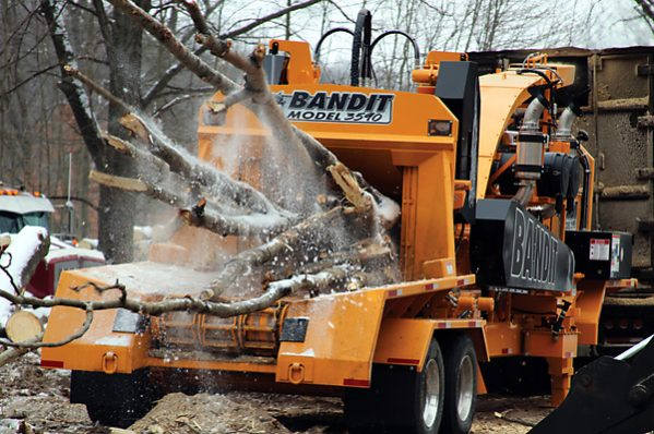 Bandit 3590 Towable DRUM Style Whole Tree Chipper full